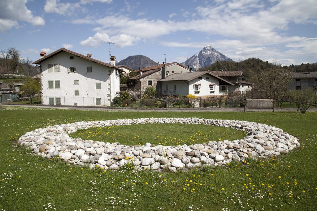 RICHARD-LONG_Tagliamento-River-Stone-Ring-1996-Art-Park-Collezione-Egidio-Marzona-Verzegnis_Ph.-©-Eva-Basso_1-1024×683-1024×683